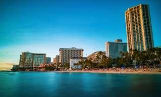 Waikiki Beach in het zuiden van Oahu is een ware trekpleister met tal van strandhotels, restaurants en winkels.