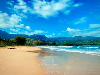 Hanalei Bay aan de noordkust van Kaui is de grootste baai van Kauai en ideaal om te zwemmen en paddle-boarding.