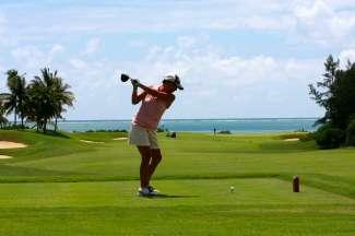 Klaar om de bal weg te slaan op de golfbaan op Hawaii.