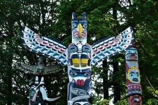 In Stanley Park kunt u niet om de opvallende totempalen heen met daarin de verhalen verwerkt van oude indianenstammen.