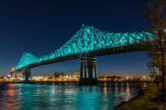De Jacques Cartier Bridge verbindt de stad Montreal met Longueuil.