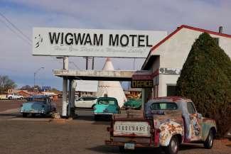 Gelegen aan de historische Route 66 kent Holbrook nog veel oude motels.