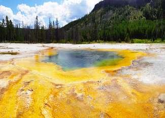 In Yellowstone vindt u verschillende bronnen met adembenemende kleuren!