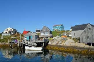 Peggy's Cove ligt aan een van de oevers van St. Margaret'ss Bay in Novia Scotia.