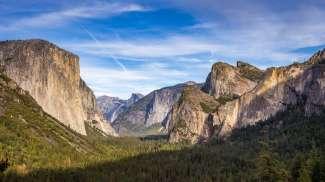 Een indrukwekkend uitzicht over Yosemite Valley vanaf uitkijkpunt Tunnel View nabij de westelijke ingang van het park.
