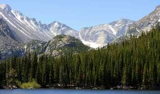 De Rocky Mountains zijn erg divers. Hier vindt u bos, bergen, meren, watervallen en tundra.
