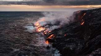 In Volcanoes National Park op Big Island ziet u de lava van de Kilauea Volkaan de zee instromen.