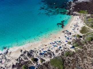 Manini'owali Beach is een smal wit strand in Kua Bay, met iets ten noorden van Kona, Big Island.
