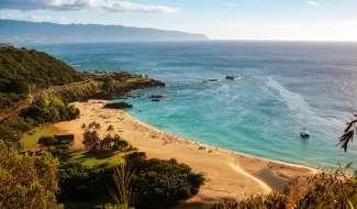 Waimea Bay aan de noordkust van Oahu, bij ervaren surfers wereldberoemd om de Banzai Pipeline.