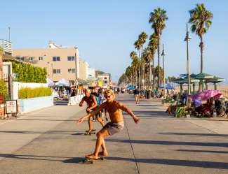 De Venice Boardwalk met bijzondere winkeltjes, straatartiesten en restaurants.
