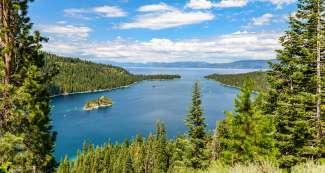 Lake Tahoe, gelegen in de Sierra Nevada is met een oppervlakte van maar liefst 495 km2 het grootste bergmeer van de VS.