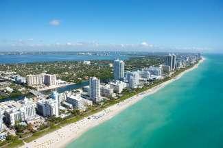 De kustlijn van het bruisende Miami Beach met de hippe strandhotels.