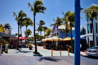 Het kleurrijke Times Square Fort Myers met winkels, restaurants en straatartiesten.