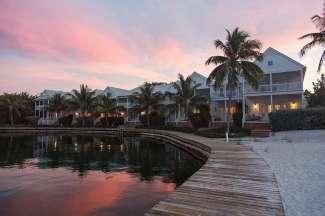In Marathon kunt u vanaf het strand of een van de terrassen genieten van een prachtige zonsondergang.
