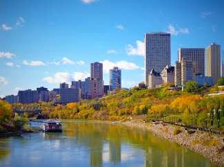 Der North Saskatchewan River fließt durch Edmonton und erstreckt sich bis zur Hudson Bay.