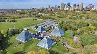 In de piramides van Muttart Conservatory bevinden zich meer dan 700 plantensoorten.