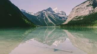 Kinney Lake  ligt in Mount Robson Provincial Park.