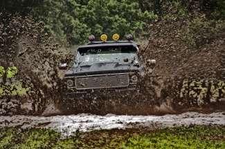 In Valemount vindt een wedstrijd plaats voor mud racing met een truck.