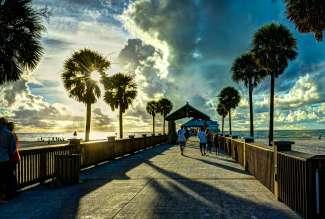 Vooral bij zonsondergang zijn er veel toeristen bij Pier 60.