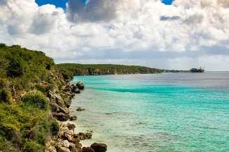 Curacao heeft parelwitte stranden maar ook prachtige grillige kustlijnen.