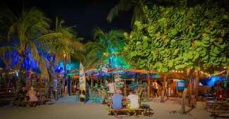 Geniet 's avonds van een drankje op het strand.