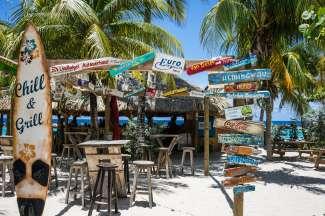 Curacao heeft tal van gezellige en bonte strandbars.