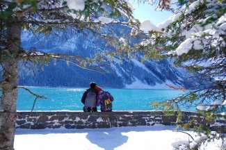 In de winter valt er sneeuw op Lake Louise.
