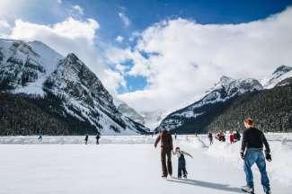 In de winter is Lake Louise bevroren, maar dan kunt u er op schaatsen.