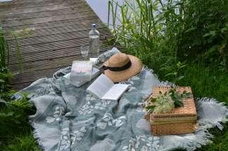 Gniet van een heerlijke picknick en een goed boek midden in de natuur!