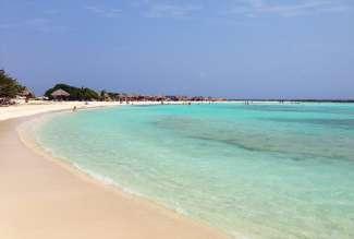 Het populaire Baby Beach in het zuiden van Aruba staat bekend om het ondiepe en rustige water..