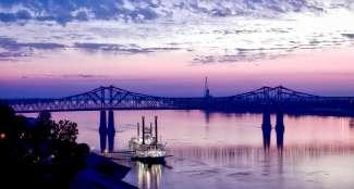 De beroemde Casino Boat bevindt zich aan de rivier de Mississippi in Natchez.