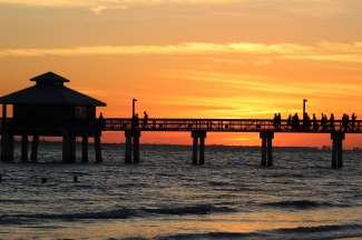 Genieten van de zonsondergang op de pier van Fort Myers.