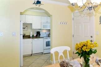 De appartementen in het Barefoot Beach Resort hebben een keuken, eet-/zitkamer en aparte slaapkamer(s)