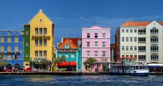 Willemstad is de hoofdstad van Curacao met de welbekende Handelskade.