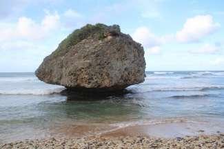 Deze bijzondere steen ligt voor de kust van het vissersdorp Bathsheba aan de westkant van het eiland.