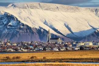 Reykjavik heeft een beschutte ligging ten zuiden van de imposante Esja Mountain.