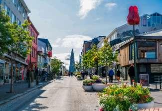 Het kleurrijke centrum van Reykjavik met de Hallgrímskirkja-Kirche op de achtergrond.