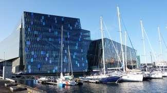 Dit architectonische gebouw is het duurste bouwwerk van IJsland en is beslist de moeite waard om ook van binnen te bekijken.