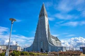 De Hallgrímskirkja kerk heeft een opmerkelijke architectuur en is het statige middelpunt van Reykjavik.