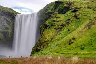 De overweldigende Skógafoss waterfall in het zuiden van IJsland
