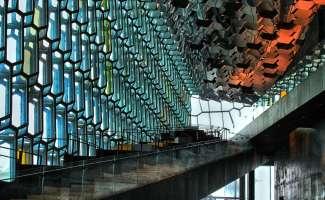 Het Harpa concertgebouw in Reykjavik is een prachtig architectonisch bouwwerk.
