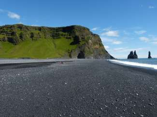 Vik ligt aan de zuidkust van IJsland en staat bekend om het zwarte strand.