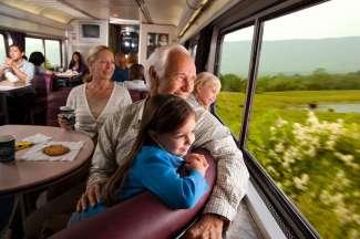 Met de trein reist u comfortabel tussen de verschillende steden en kunt u gelijk van de omgeving genieten.