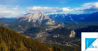Uitzicht op Banff Village in het dal van Banff National Park.