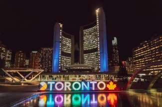 Het 3D TORONTO Sign op Nathan Phillips Square in het centrum van Toronto