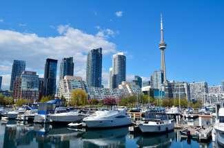 De jachthaven van Toronto in de wijk Harbourfront aan Lake Ontario.