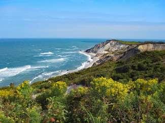 De Aquinnah Cliffs op het eiland Martha's Vineyard is een populaire wandelplek..