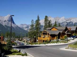 Het voormalige mijnwerkersstadje Canmore is tegenwoordig een ware toeristische trekpleister nabij Banff NP.