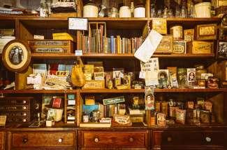 Breng een bezoek aan de oude bibliotheek van Mariposa in Californie.