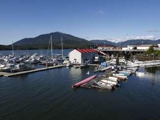 Veel kleine en grote boten, soms cruiseschepen, liggen afgemeerd in de haven van Prince Rupert.